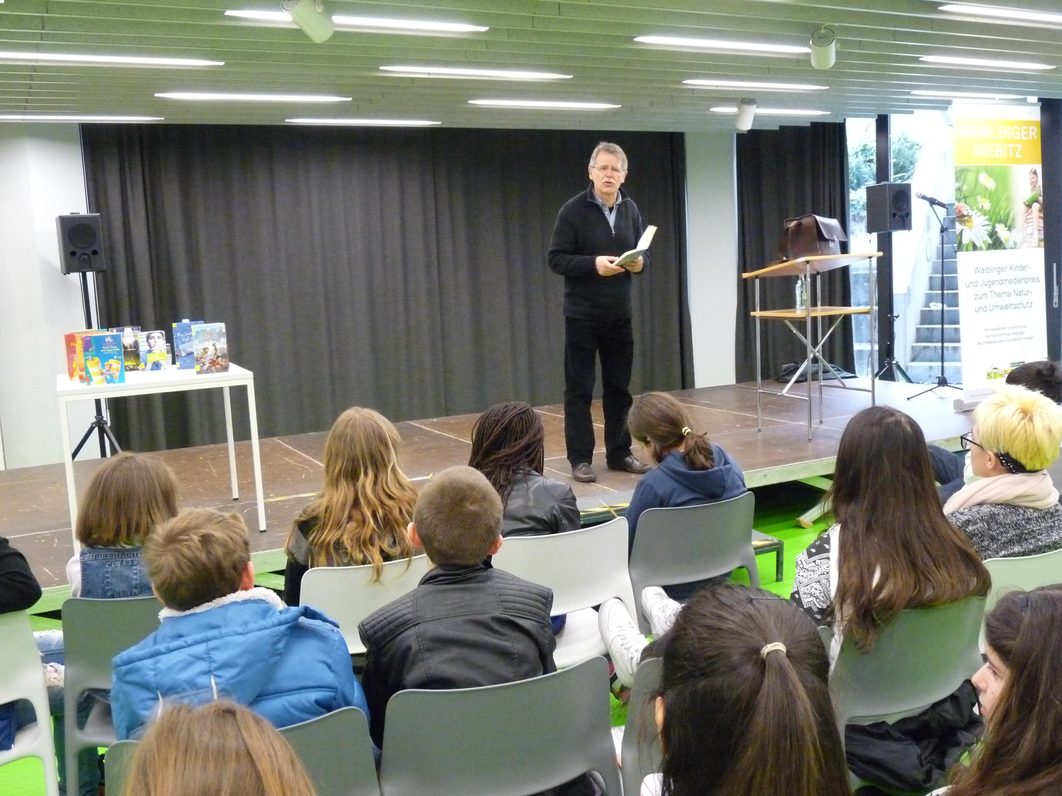 Jürgen Banscherus mit Schülern der Staufer- und der Friedens-Werkrealschule