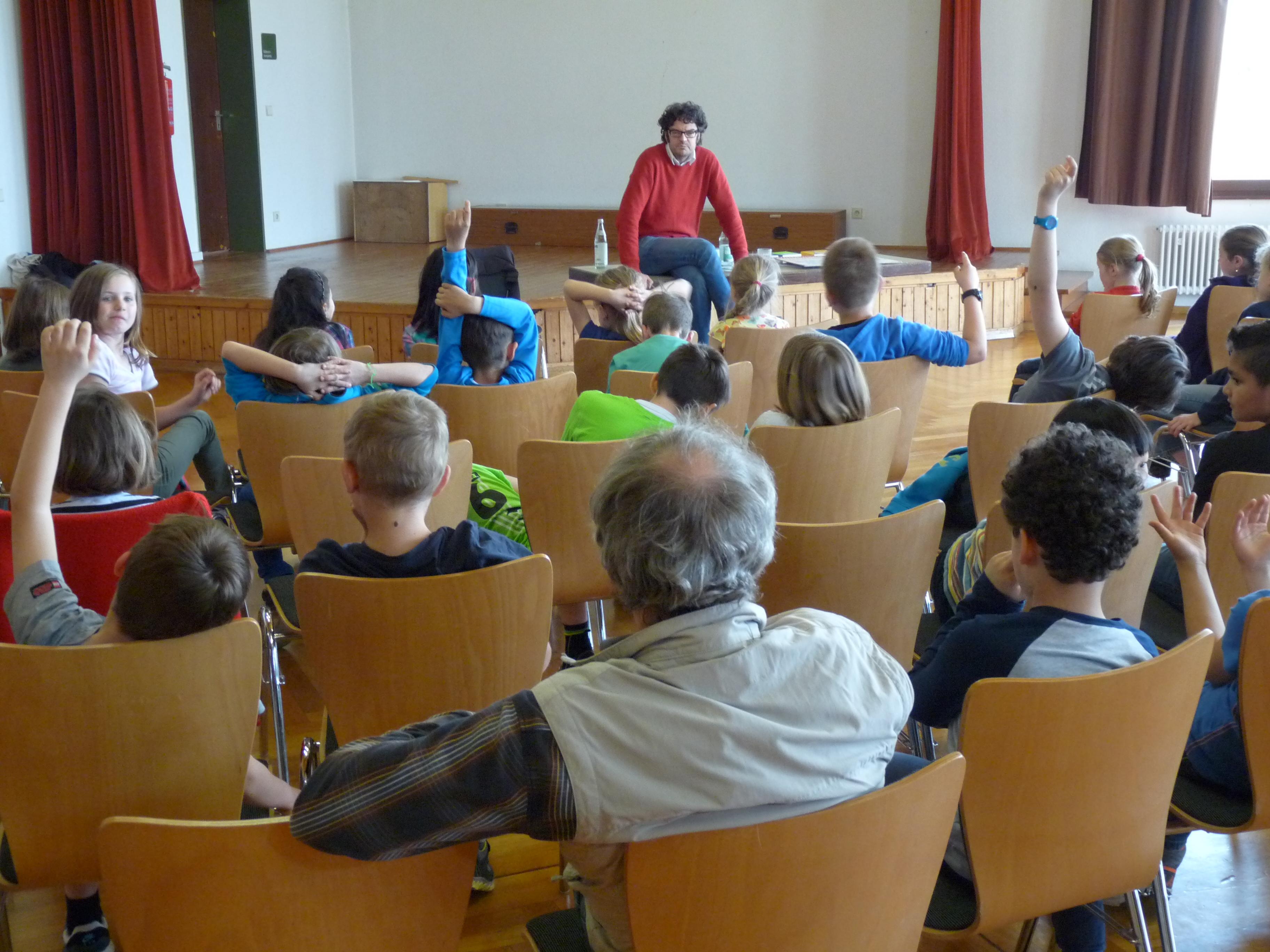Peter Kundmüller mit Schülern der Lindenschule in Hohenacker