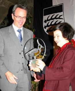 """Überreichung des """"Kiebitz"""" durch den Waiblinger Oberbürgermeister Andreas Hesky an Antonia Rötger, Autorin des preisgekrönten Radiofeatures, das in diesem Jahr ausgezeichnet wurde."""