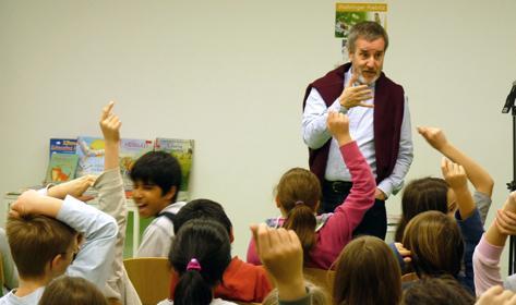 Rudolf Herfurtner mit Schülern der Salier-Grundschule