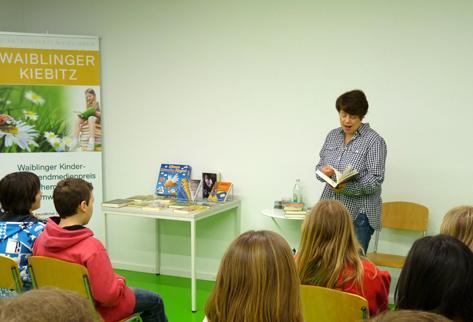 Sabine Ludwig mit Schülern der Friedensschule Neustadt