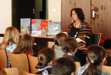 Dagmar Geisler mit Schülern der Lindenschule Hohenacker