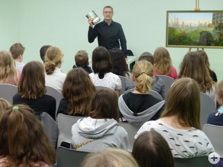 Thomas Thiemeyer mit Schülern der Salier-Realschule
