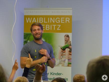 Tobias Ohmann mit Schülern der Grundschule Beinstein