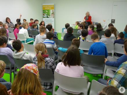 Dagmer Chidolue mit Schülern der Staufer-Grundschule