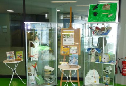 """Ausstellung der Recyclingkunstobjekte des Kinderworkshops """"Das ist doch kein Müll!"""" der Kunstschule in der Kinderbücherei"""
